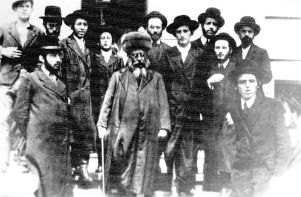 """Rebbe Reb Ben-Zion Halberstamm הי""""ד in Tchebin, in Begleitung seiner Söhne"""